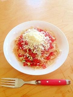 トマトとたっぷりのヘルシーなサラダパスタ