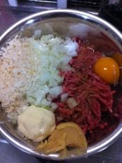【ハンバーグ】ハンバーグ材料をすべてボウルに入れてよく混ぜる。混ざったら冷蔵庫でしばらくねかしておく。