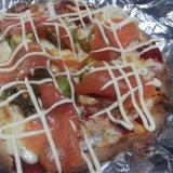 アボガドとスモークサーモンのピザ