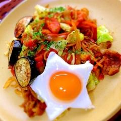 夏野菜の旨味きちんと、トマトカレー豚焼きそば
