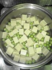 鍋に小さめに刻んだ昆布を敷き、高野豆腐・えんどう豆・水を入れて弱火で煮ます。