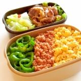 鮭の三色丼と豚の生姜焼きのお弁当