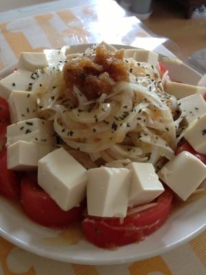 新タマネギとトマトと豆腐のサラダ