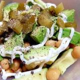 ひよこ豆とアボカド、ピクルスのデリサラダ