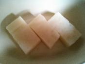 たがね餅を水にサッと通して濡らして、耐熱皿に並べます!