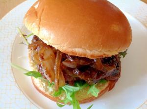 玉ねぎとマッシュルームソテー入りハンバーガー