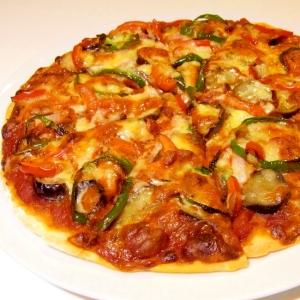 薄焼きパリパリ!茄子とピーマンのカラフルピザ