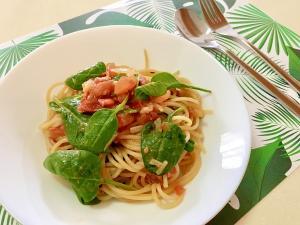 トマトとベビースピナッチのカラフルパスタ