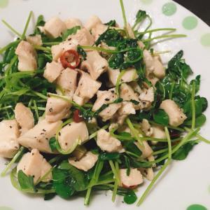 ピリ辛⭐️鶏ハムと豆苗のサラダ