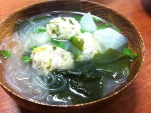 残った餃子の種で肉だんご中華スープ