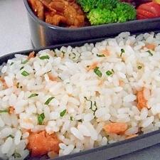 お弁当に簡単!びん詰の鮭×すし酢×大葉ごはん♪