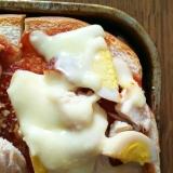 ウズラの卵と鶏のチーズトースト