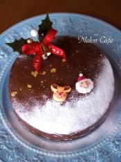 ☆15cmの丸(ホールケーキ)型で焼きました。レンジで溶かしたチョコレートをかけ、飾りつけ。簡単に立派なクリスマスケーキになります。おすすめです♪