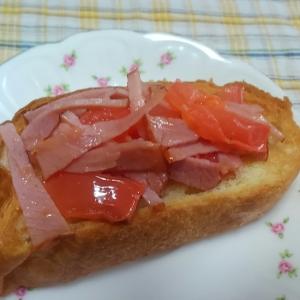 塩バターフランスパンで☆焼き豚とトマトのトースト
