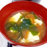 簡単ヘルシー!豆腐と乾燥ワカメの赤だし味噌汁♪
