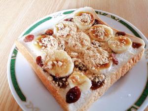 バナナとレーズンの黒蜜きな粉トースト