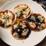 フライパンで餃子の皮ピザ〜マヨポテ&イカスミ〜