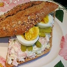ソーセージのサラダと卵のサンドウィッチ