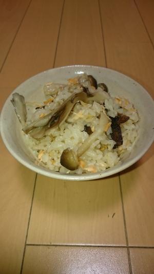 きのこと鮭の秋の炊き込みご飯