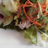 にんじんで彩り添えたグリーンサラダ
