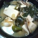 豆腐としいたけとわかめの味噌汁