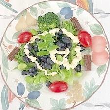 蒸し黒豆に、枝豆、ブロッコリー、ミニトマトのサラダ