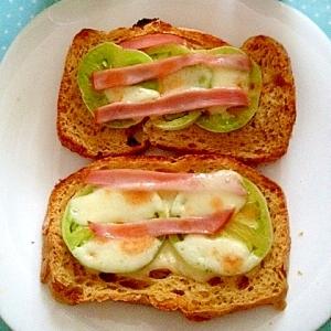 未熟トマトハムチーズの簡単ピザトースト♪