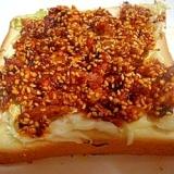 ツナ・ゴマ・おかずラー油のとろーりチーズトースト