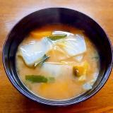 薩摩芋と白菜とワカメの味噌汁