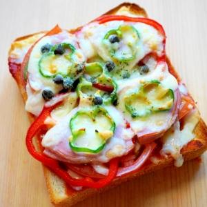 具沢山で美味しい!フレッシュトマトのピザトースト