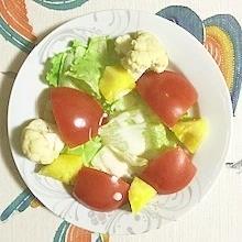 レタス 、トマト、パインのサラダ