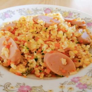 卵と人参とブロッコリーと魚肉ソーセージの炒飯