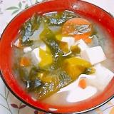豆腐とワカメと人参玉葱の味噌汁