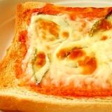 バジルとモッツァレラチーズのピザトースト