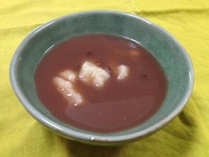材料2つ。乾燥した鏡餅と余った水ようかんでお汁粉。