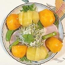 フリルレタス 、ロースハム、柿、キウイのサラダ