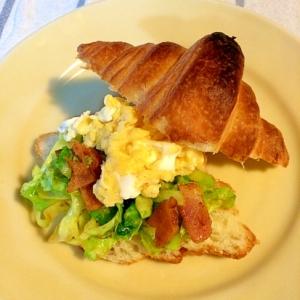 クロワッサンと☆キャベツと卵のカレーソテー