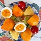 胡瓜、柿、パイン、胡桃、ゆで卵のサラダ