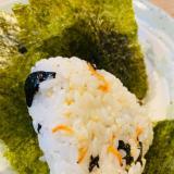 塩昆布、干しアミ、味海苔、炒りごまのおにぎり