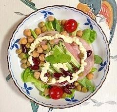 サラダ菜、ロースハム、ミックスビーンズのサラダ