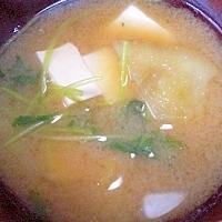 今日のお汁! 「豆腐、さつま芋、三つ葉のお味噌汁」