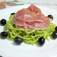 お肉をプラスして楽しむ「バジルソース系パスタ」