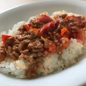 ひき肉とトマトのラー油マヨ風味乗せご飯