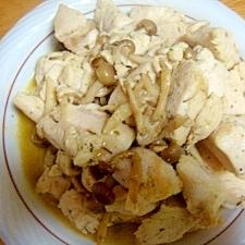 ハーブ塩ヨーグルトの鶏ムネ肉とシメジの炒め物。