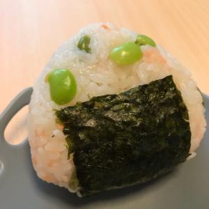 ごま油香る☆枝豆と鮭のおむすび