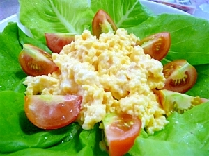 サラダ菜と炒り卵のサラダ
