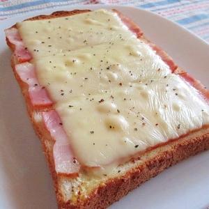 マスタードと黒胡椒がピリリ!ベーコンチーズトースト