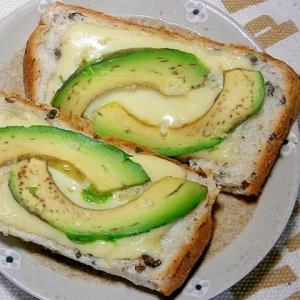 アボカド・チーズ・キヌアのトースト