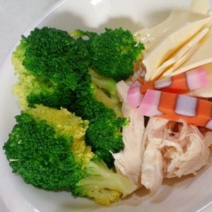 蒸し鶏とブロッコリーとチーズとかまぼこのサラダ