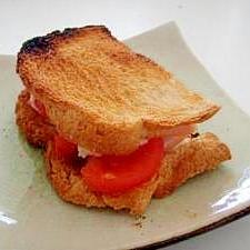 カマンベールチーズとライ麦パンのサンド